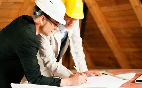 Nos dois casos, será preciso investir na contratação de profissionais para auxiliar na obra ou na reforma (Foto: Reprodução/Shutterstock)